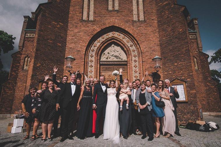 brudepar med deres gæster foran kirke