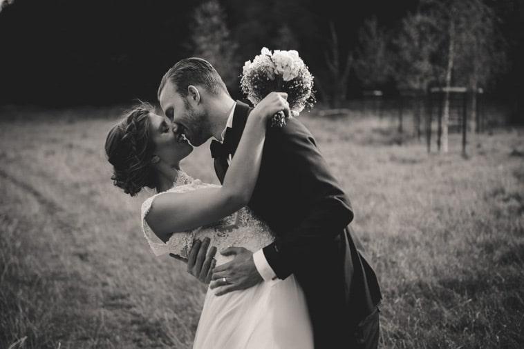 brudepar kysser hinanden