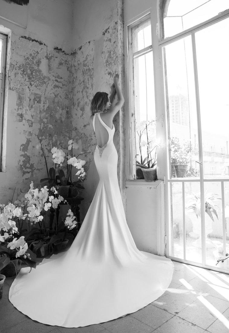 Brudekjole med stort slæb og meget bar ryg