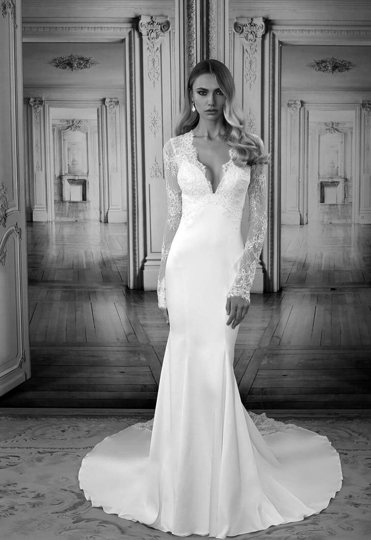 brudekjole med langt slæb og lange ærmer