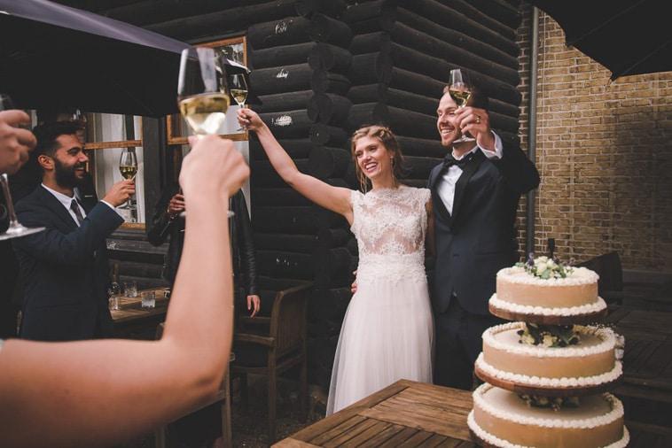 brudepar skåler med gæster