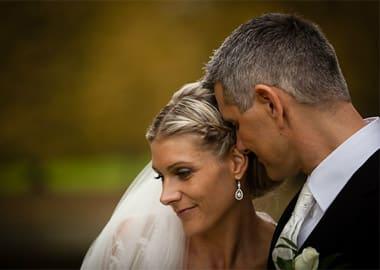 Brudepar med hovederne tæt sammen