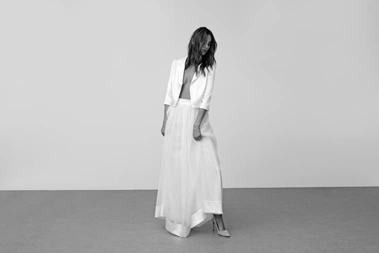 to delt brudekjole med åbenstående jakke