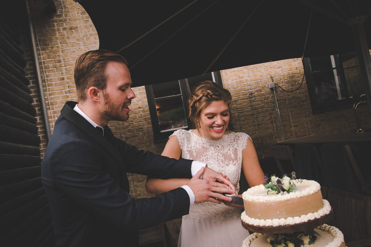 brudepar skærer bryllupskage