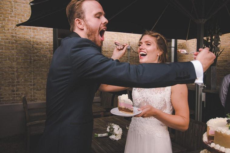 brudepar spiser bryllupskage