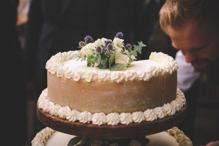 bryllupskage med frisk eblomster