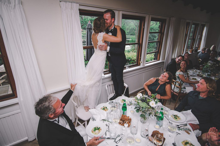 brudepar kysser på stole