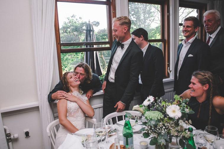 brud kysses af mandlige gæster