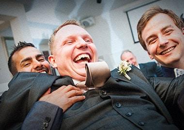 Brudgom med mandlige gæster