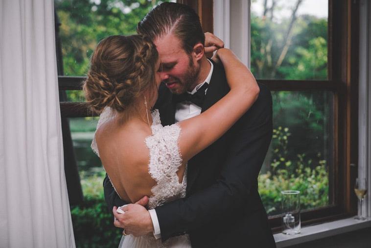 brudepar omfavner hinanden