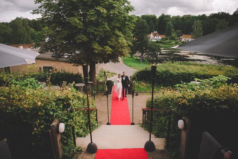 brudepar på den røde løber
