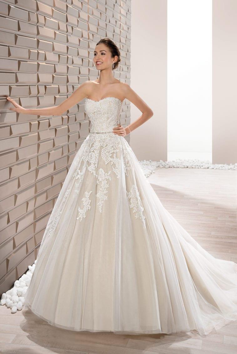 brudekjole med stort skørt og blonde corsage