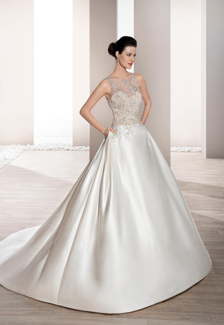 brudekjole med enkel underdel og flot corsage