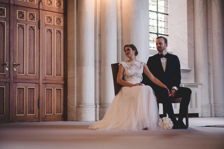 brudepar sidder i kirke