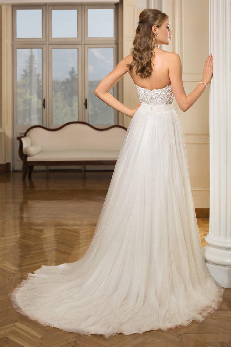 brudekjole med semi langt slæb