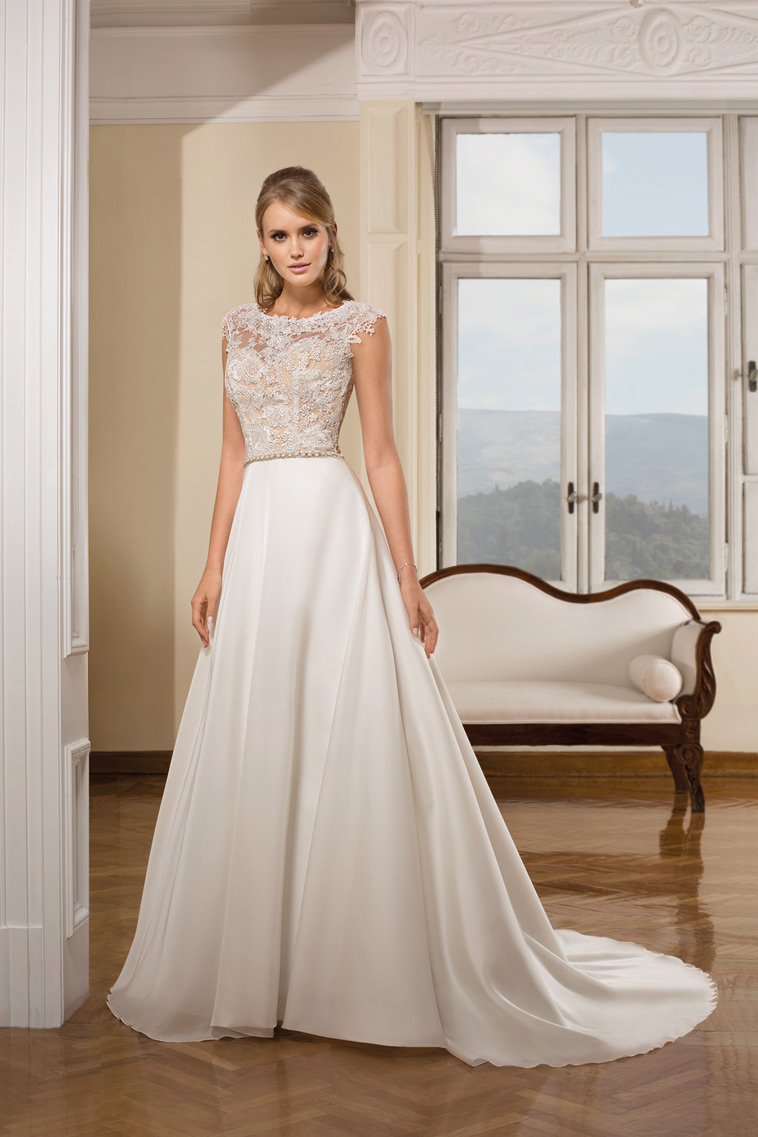 brudekjole med glat underdel og blonde overdel