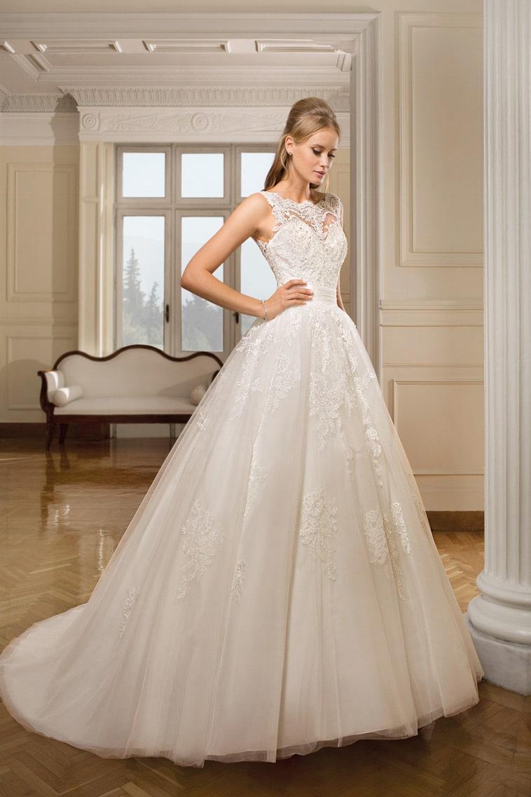 brudekjole med høj blondehals