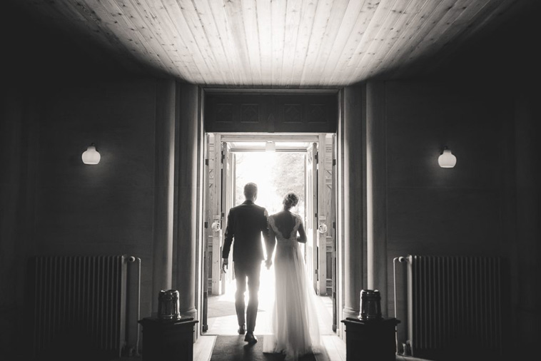 brudepar forlader kirke