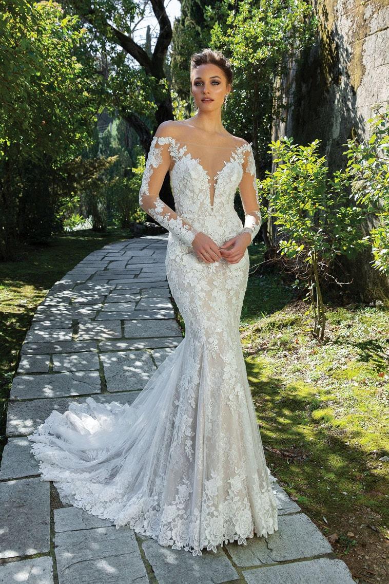 Smuk brudekjole med off the shoulder ærmer og elegant blonde