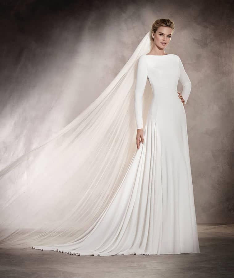 enkel brudekjole med høj bådudskæring og lange ærmer