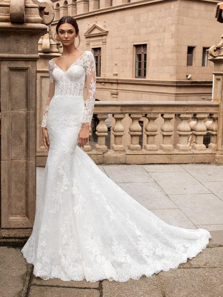 Elegant brudekjole med bred v-hals og korset overdel pyntet med blonder i blomster mønster