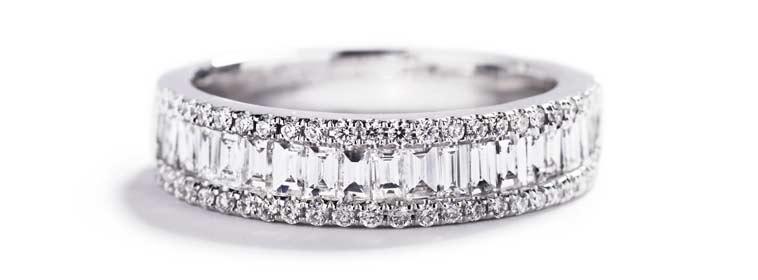 Alliancering med 19 baguette-slebne diamanter.