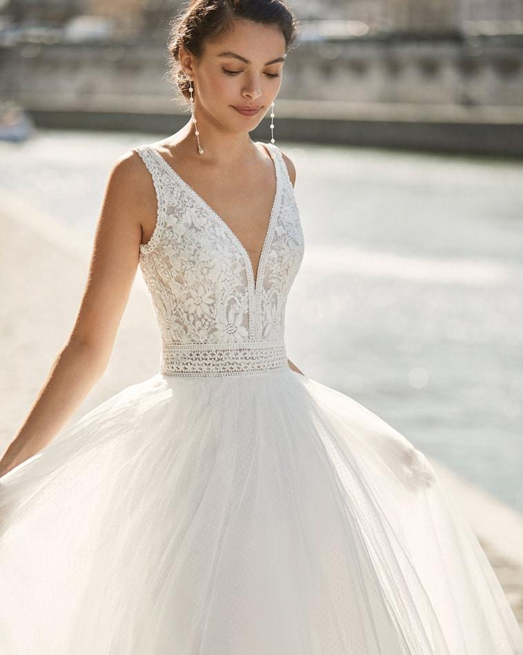 brudekjole med stropper og V-udskæring