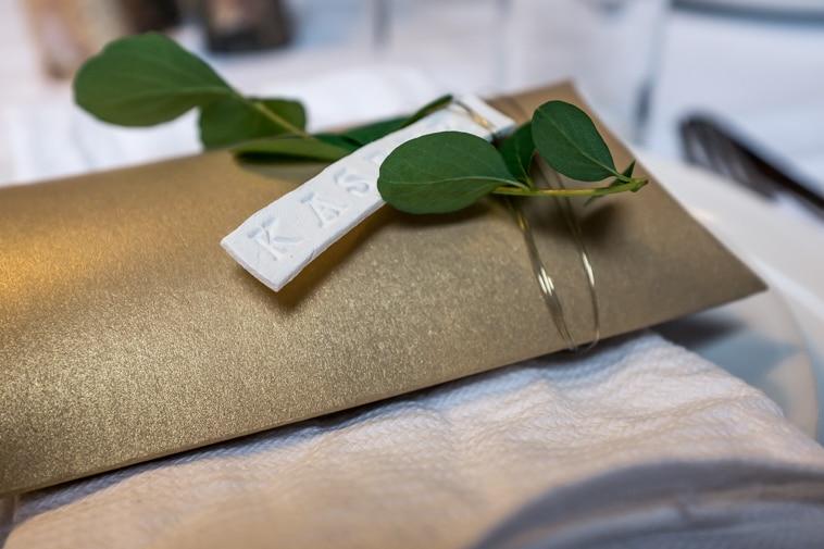 Favour æske med bordkort i ler med grønne blade