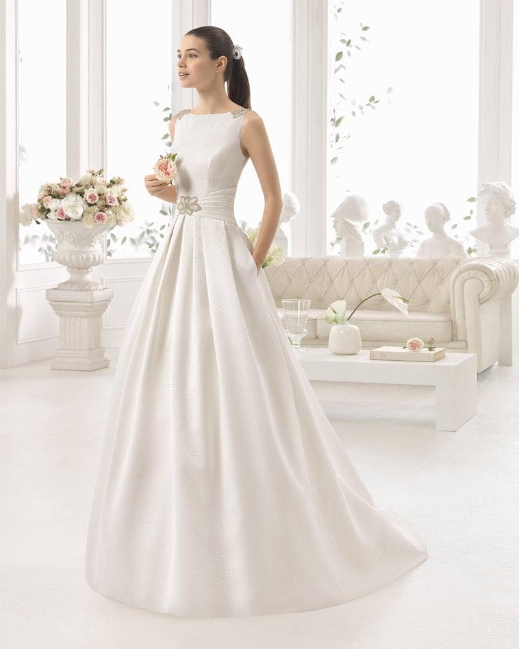 Brudekjole i satin med frostede perler og lommer