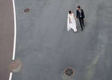 Brudepar set oppefra
