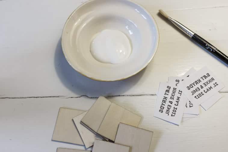 træstykker, lim og tallerken