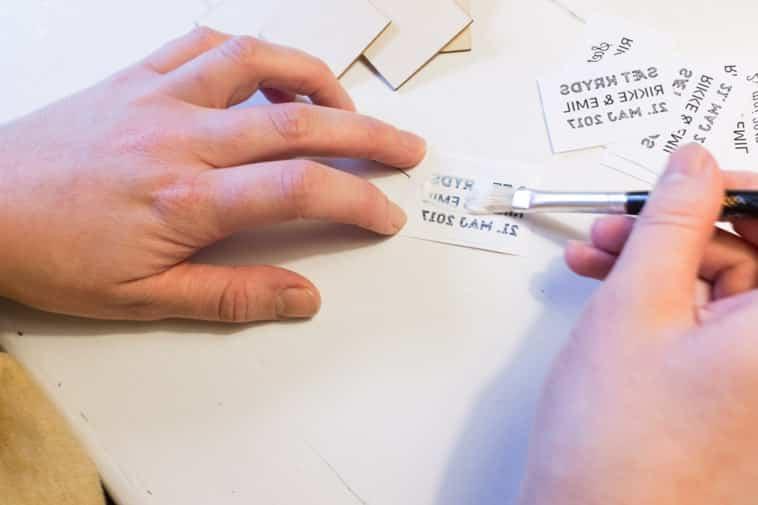 lim smøres på papir