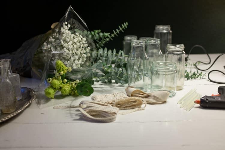 tomme sylteglas, limpistol, blonder og blomster