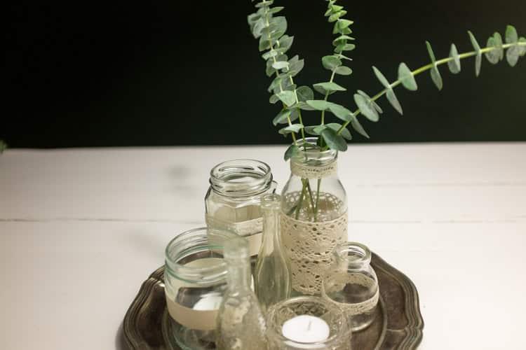 sylteglas med blonder på sølvfad