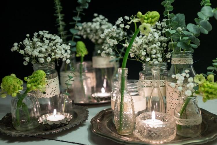 sylteglas med blonder og blomster på sølvfade