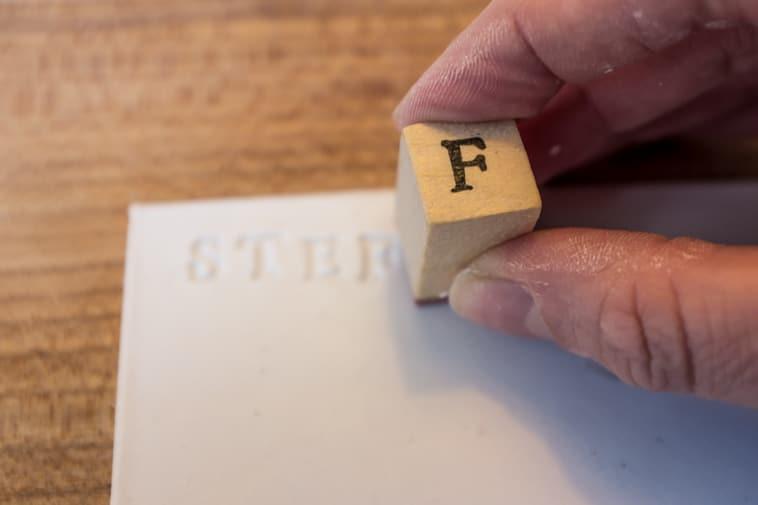 Ler der bliver stemplet med bogstavstryk