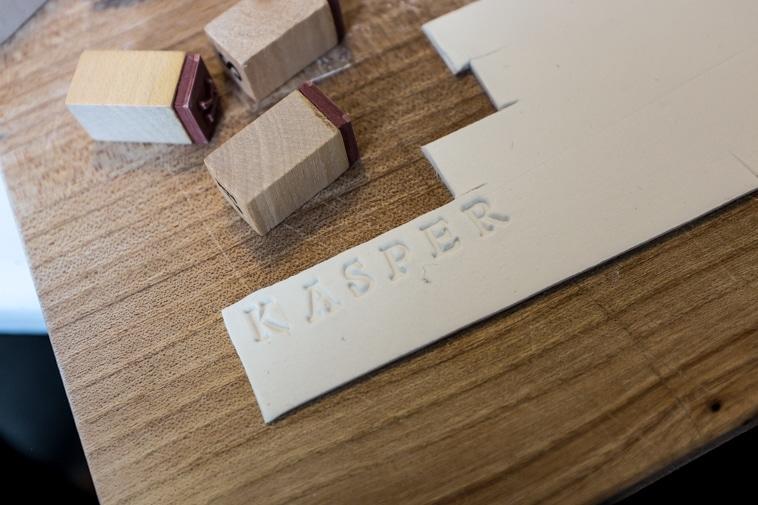 Ler der er stempelt med bogstaver