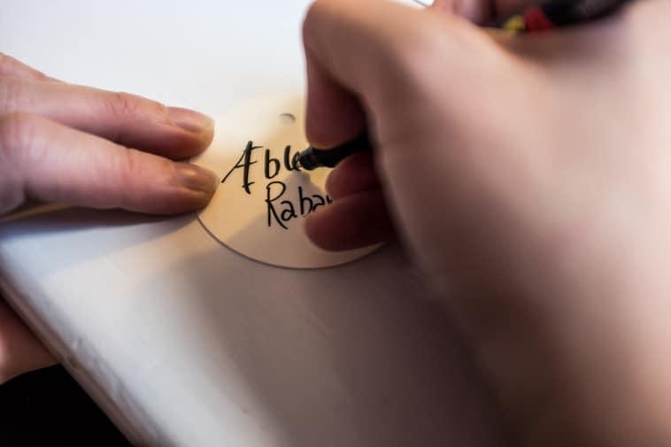 skriver på label