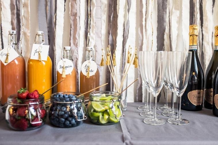 Mimosa bar med prosecco, juice og bær i skåle