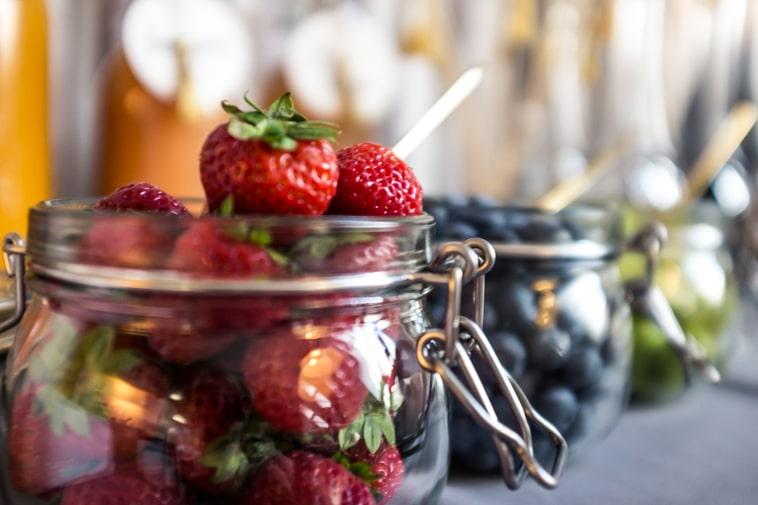 jordbær og blåbær i glaskrukker