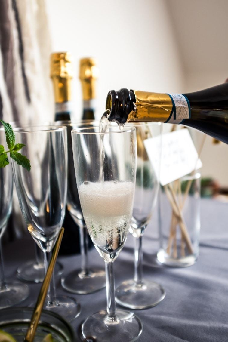 prosecco hældes i champagneglas