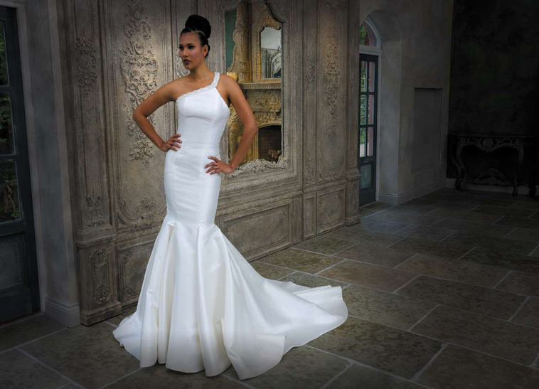 brudekjole med asymmetrisk strop