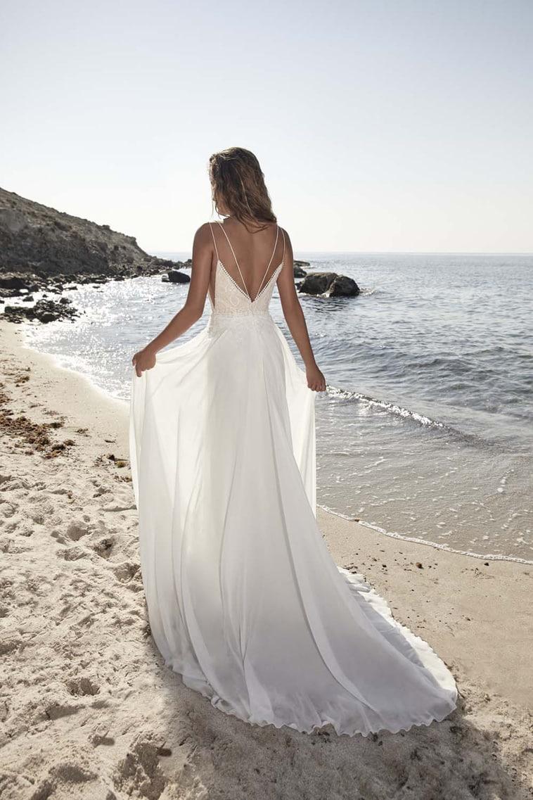 Brudekjole med tynde stropper, v-rygudskæring og chiffon skørt
