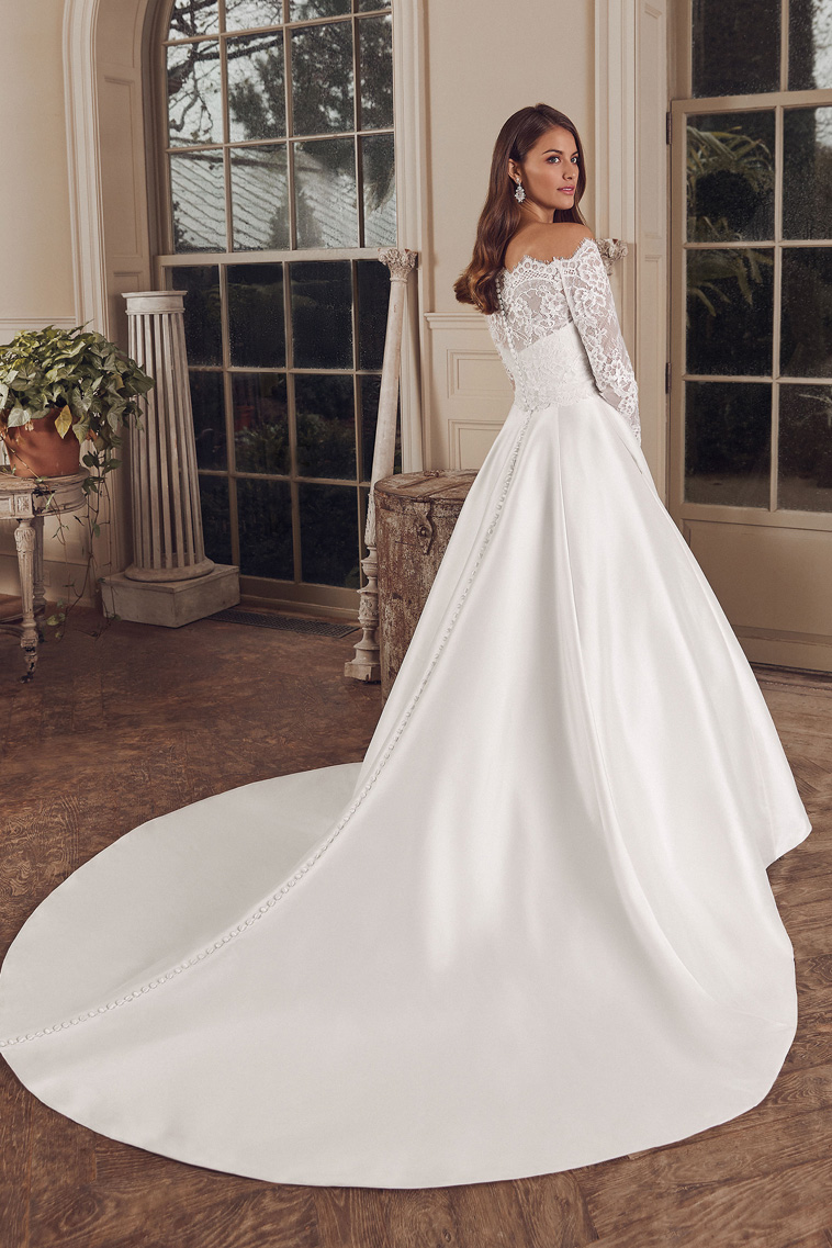 brudekjole med langt slæb