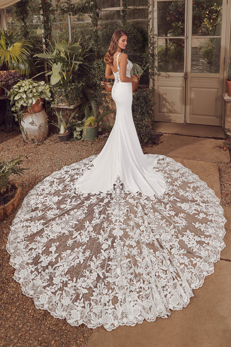 brudekjole med meget langt blonde slæb