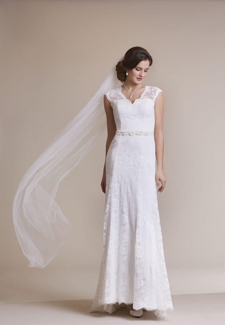 slank brudekjole med bredr blondestropper