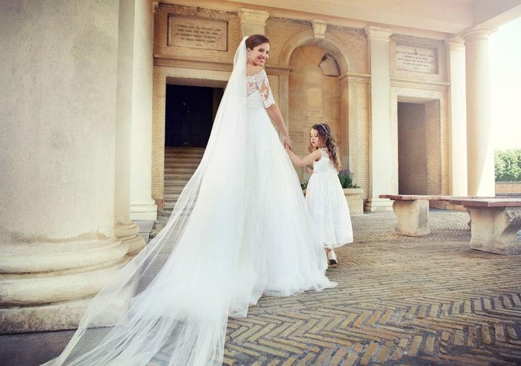 Brudekjole med halvlange blondeærmer
