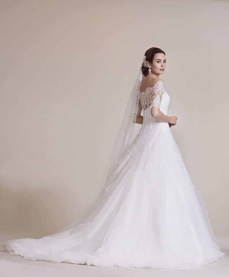 brudekjole med langt slæb og blonde overdel