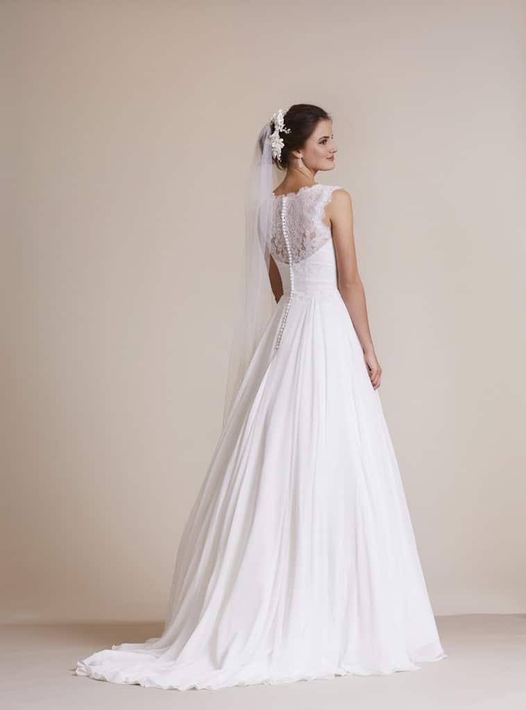 brudekjole med blonde ryg og halvlangt slæb