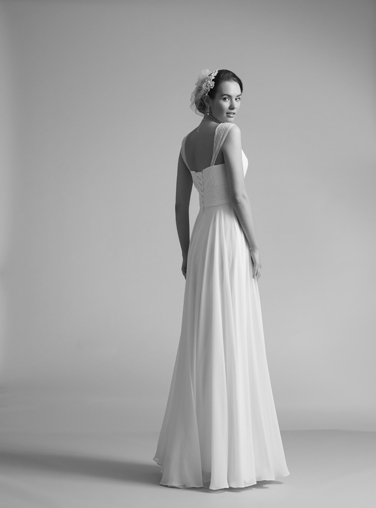 brudekjole med perlebesatte stropper
